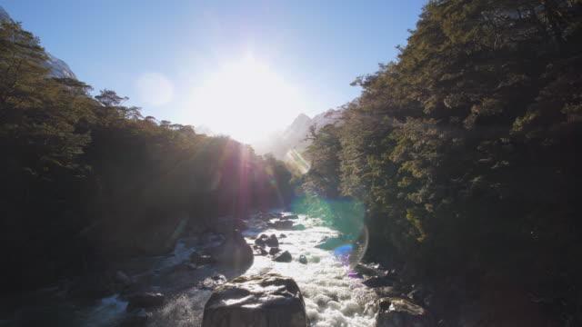 vídeos y material grabado en eventos de stock de luz solar de reflexión sobre un lago - nueva zelanda