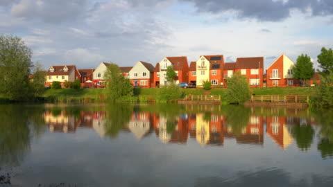 vidéos et rushes de reflections at corfe meadows lake in broughton, milton keynes - lotissement