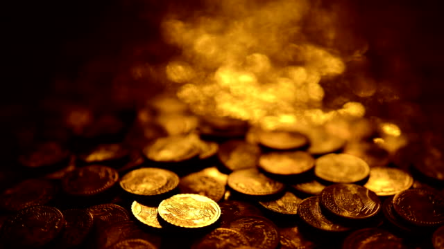 loopable: riflessioni sulle monete d'oro - moneta video stock e b–roll