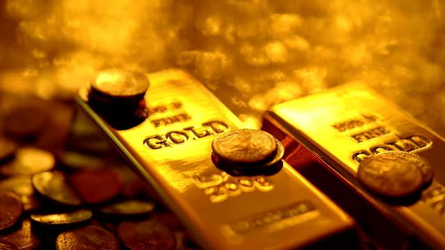 endlos wiederholbar: reflektionen auf gold - barren geld und finanzen stock-videos und b-roll-filmmaterial