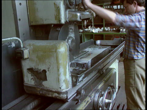vidéos et rushes de reform and the economy; ussr: moscow: banner of the revolution factory: cms worker smoking pull out & looking at machinery ext tms people along... - ex urss