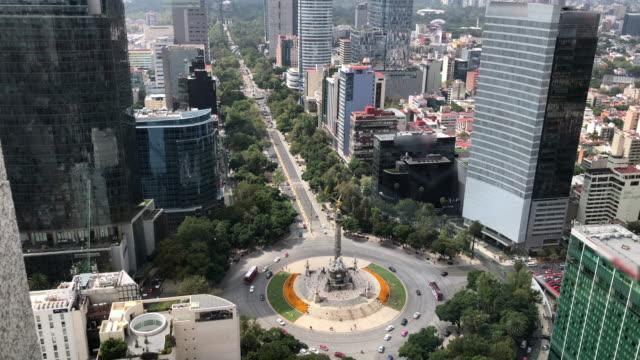 vídeos de stock, filmes e b-roll de reforma avenue and the independence monument, tilt down - monumento da independência paseo de la reforma