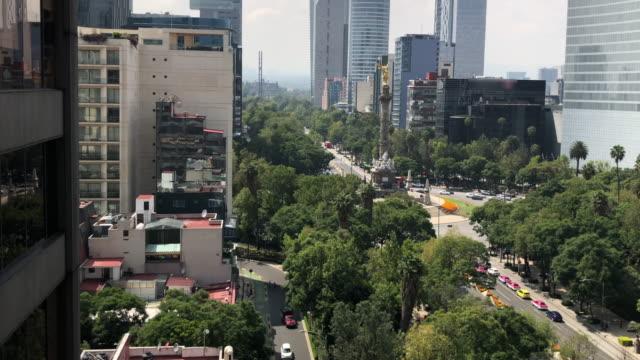 vídeos de stock, filmes e b-roll de reforma avenue and the independence monument - monumento da independência paseo de la reforma