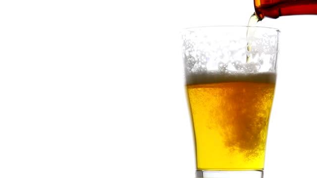 erfrischendes bier in glas auf weißem hintergrund drehen - stone object stock-videos und b-roll-filmmaterial