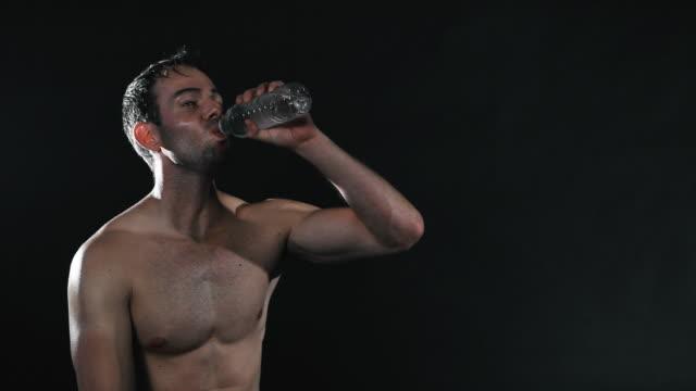 erfrischende sport mann - wasserflasche stock-videos und b-roll-filmmaterial