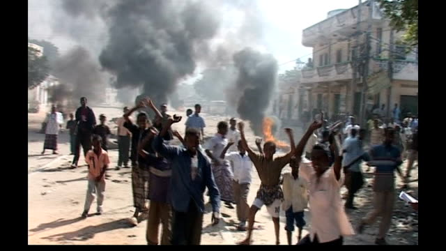 refugee crisis following renewed fighting; young somali men demonstrating against ethiopian occupation - 後を追う点の映像素材/bロール