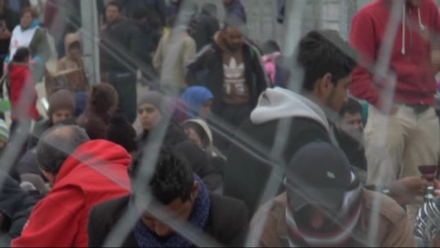 vídeos de stock e filmes b-roll de refugees are seen on the macedonia greece border in gevgelija macedonia after 730 iraqi and syrian refugees sent to the tabanovce town of macedonia... - crise de migrantes europeia 2015 2016