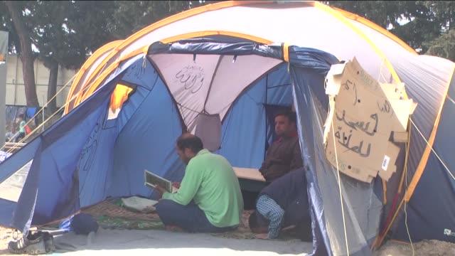 vídeos de stock e filmes b-roll de refugees continue to wait at a makeshift camp along the greecemacedonia border in idomeni village greece on april 1 2016 - crise de migrantes europeia 2015 2016