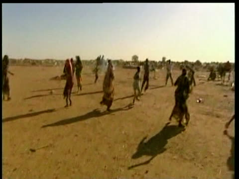 vidéos et rushes de refugees throw stones at sudanese police truck as it drives away nyala sudan nov 04 - guerre civile
