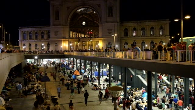 refugees who have flooded into budapest hoping to catch trains to germany are lockedout of keleti station in budapest thousands have set up a... - flüchtling stock-videos und b-roll-filmmaterial
