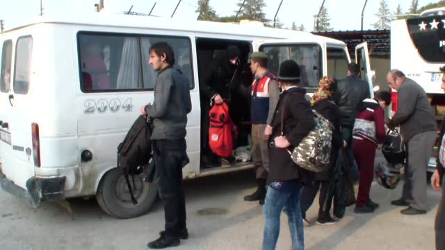vídeos de stock e filmes b-roll de refugees who tried to go to greek islands illegally are seen after they have been caught by canakkale provincial gendarmerie teams in ayvacik... - crise de migrantes europeia 2015 2016