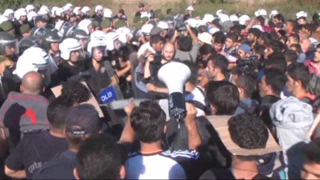 vídeos de stock, filmes e b-roll de refugees who want to go to europe stage a protest in front of the police barricade on tem highway in edirne turkey on september 19 2015 turkish... - micrografia