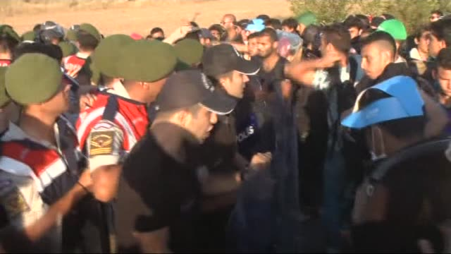 vídeos de stock, filmes e b-roll de refugees who want to go to europe walk towards the edirne city center on tem highway in edirne turkey on september 18 2015 turkish security forces... - micrografia