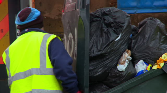 stockvideo's en b-roll-footage met refuse collectors handling full wheelie bins - newcastle upon tyne