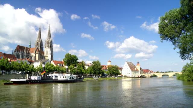 T/L Regensburg und die alte steinerne Brücke über die Donau