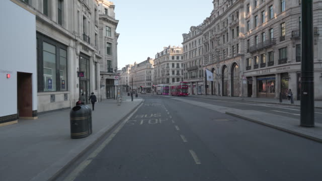 stockvideo's en b-roll-footage met regent street london in de schemering verstoken van mensen en verkeer - lockdown