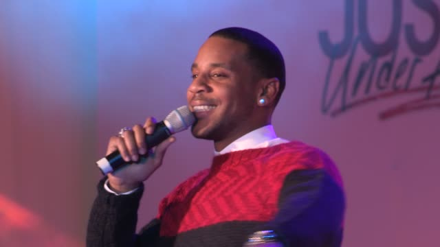 vidéos et rushes de reggie yates introducing justin bieber at the justin bieber turns on westfield christmas lights at london england. - reggie yates