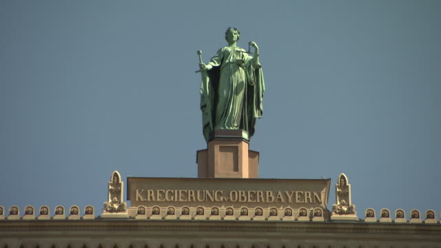 stockvideo's en b-roll-footage met regierung von oberbayern, sculpture on the roof, blue sky - regierung