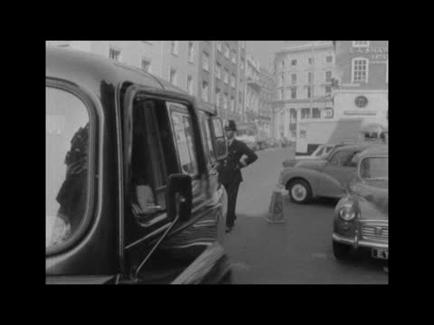 stockvideo's en b-roll-footage met reginald kray charged with murder of 'axe man' mitchell; england: london: bow street: ext police vans & black maria towards & past l-r followed by... - crime and murder
