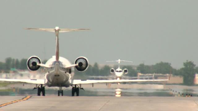stockvideo's en b-roll-footage met regional jets taxiing sequence - vin