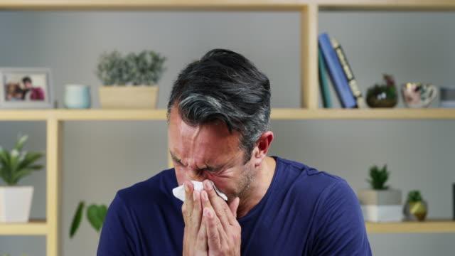 インフルエンザの予防接種を受けなかったことを後悔している - 鼻腔点の映像素材/bロール