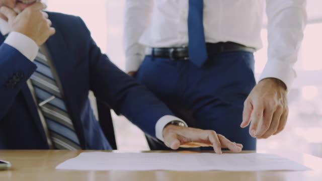 regelmäßiger arbeitstag im büro mit aussicht - krawatte stock-videos und b-roll-filmmaterial