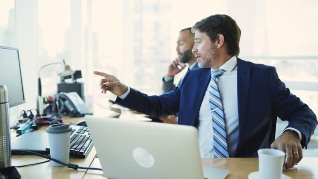regelmäßiger arbeitstag im büro mit aussicht - multitasking stock-videos und b-roll-filmmaterial