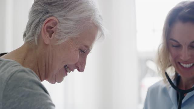stockvideo's en b-roll-footage met regelmatige controles houden haar op haar gezondste - patiënt