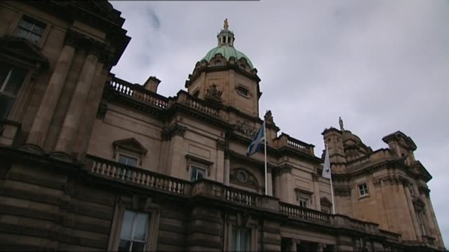stockvideo's en b-roll-footage met regulators call to ban former hbos bosses from financial sector lib stone statues on building above scottish flag flying scottish flag flying on... - channel 4 news