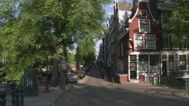 ws pan reguliersgracht at intersection of prinsengracht canal / amsterdam, netherlands - okänt kön bildbanksvideor och videomaterial från bakom kulisserna