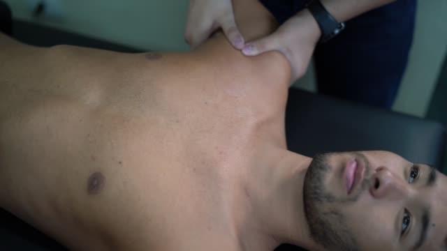 vídeos de stock, filmes e b-roll de reabilitação após lesão no ombro - fisioterapeuta