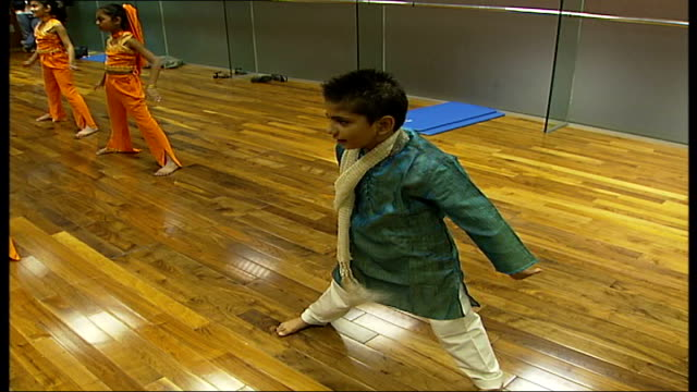 vidéos et rushes de rehearsals in bollywood dance class for children with award winning 8 year old dancer class beginning routine / class dancing to more bollywood music... - répétition de spectacle