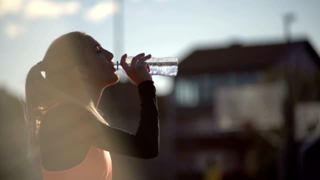 vídeos de stock, filmes e b-roll de rehydrating após o treinamento - atleta de campo e pista