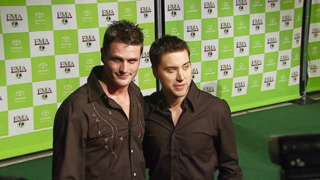 reichen lehmkuhl and lance bass at the 16th annual environmental media awards at ebell theater in los angeles california on november 8 2006 - environmental media awards点の映像素材/bロール