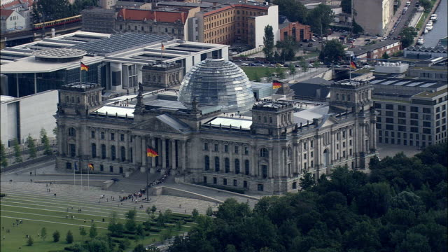 reichstag  - aerial view - berlin,  berlin,  stadt,  germany - cupola video stock e b–roll