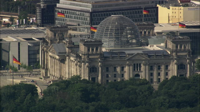 aerial reichstag, berlin, brandeburg, germany - cupola video stock e b–roll