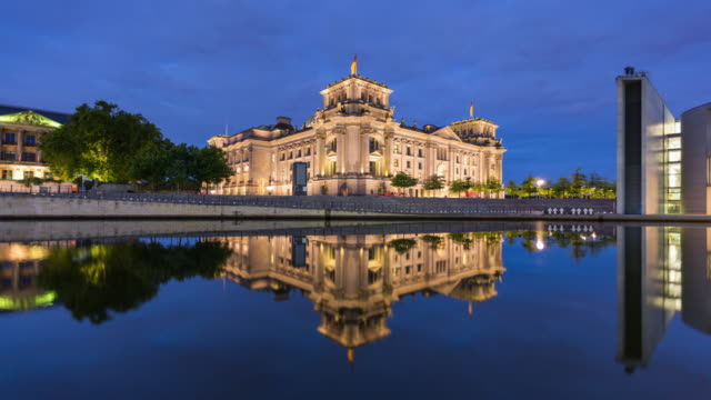 reichstag berlin hyperlapse with spree river reflection from night to day - the reichstag stock videos & royalty-free footage
