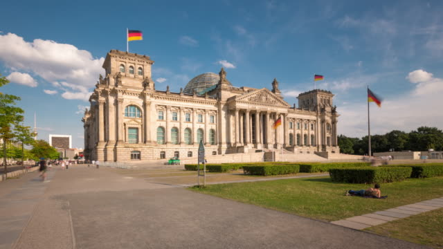 reichstag berlin hyperlapse with sun and cloud dynamic  - palazzo del parlamento video stock e b–roll