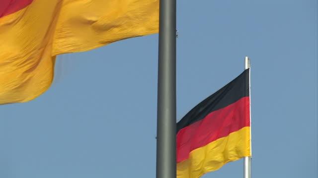 reichstag berlino con bandiera - cupola video stock e b–roll