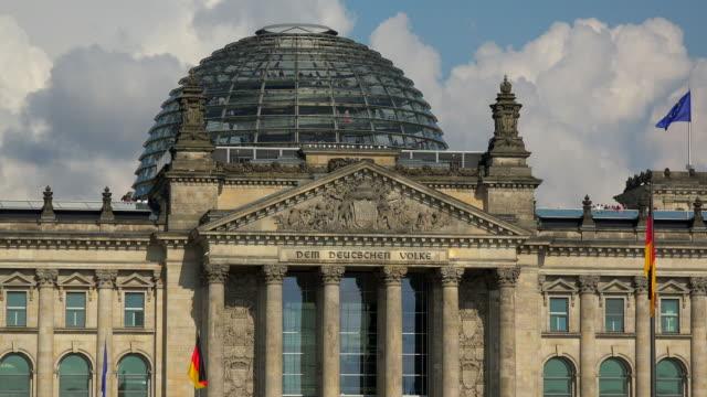 vídeos y material grabado en eventos de stock de reichstag building, berlin, germany - frontón característica arquitectónica