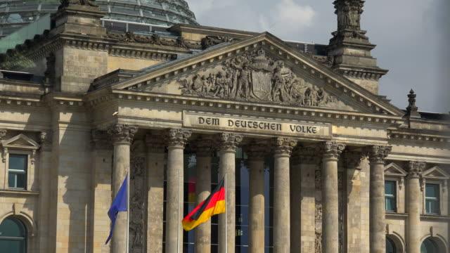 reichstag building, berlin, germany - ペディメント点の映像素材/bロール