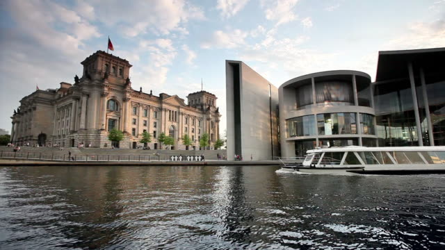 ws reichstag building with tour boat on river spree in foreground, berlin, germany - parliament building点の映像素材/bロール