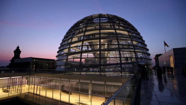 ws reichstag dome at dusk, berlin, germany - cupola video stock e b–roll