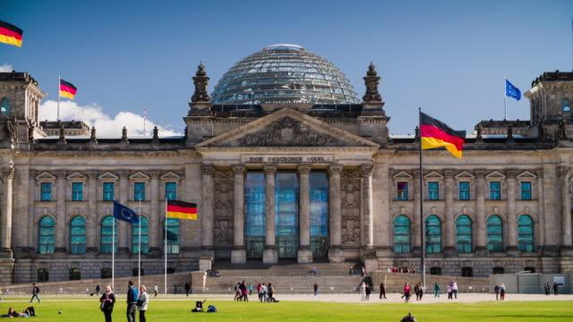 ライヒスターク(ドイツ連邦議会議事堂)の正面の旗のドイツのベルリン,ドイツ - parliament building点の映像素材/bロール