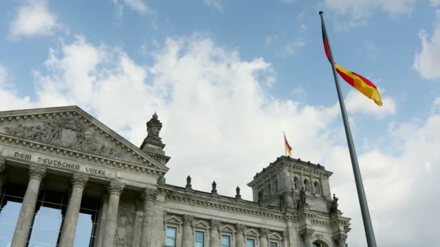 ベルリン、ドイツの国会議事堂庁舎 - 旗棒点の映像素材/bロール