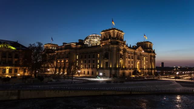 reichstag in berlin - sonnenuntergang stock videos & royalty-free footage