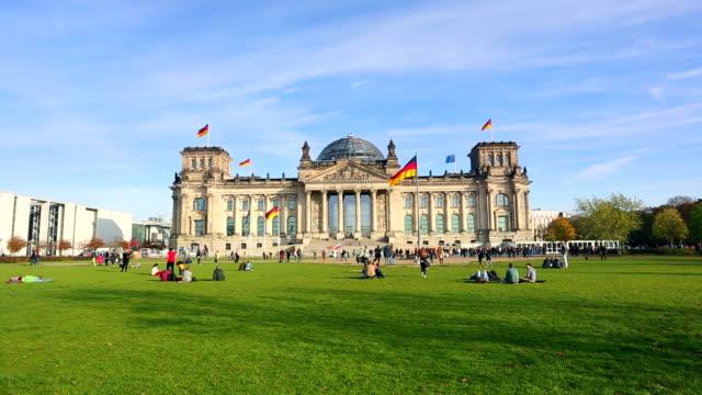 reichstag in berlin - besichtigung stock-videos und b-roll-filmmaterial