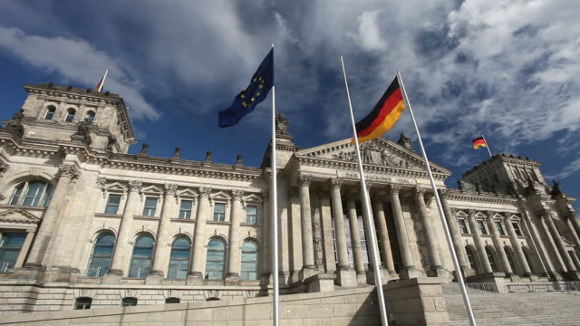 stockvideo's en b-roll-footage met reichstag in berlin - regierung