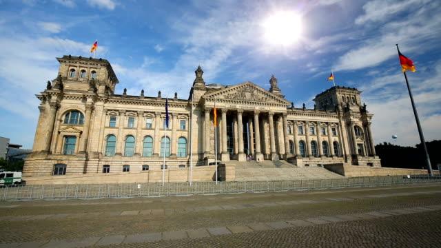vídeos y material grabado en eventos de stock de reichstag en berlín con el sol - centro de berlín