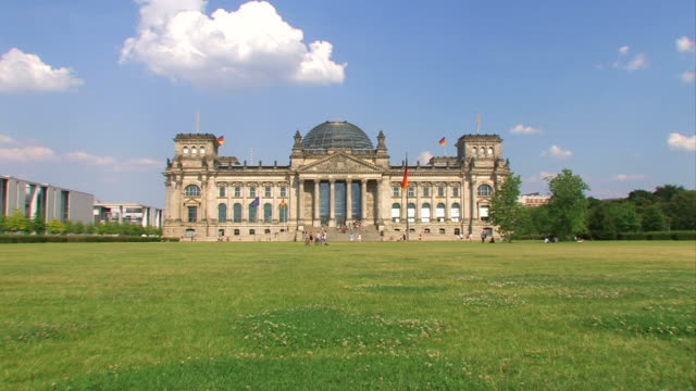 reichstag in berlin - zoom - the reichstag stock videos & royalty-free footage